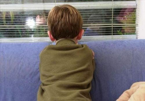 Băiat afectat de persoanele care abuzează copii
