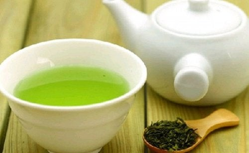 Ceaiul verde în remedii naturiste pentru chelie