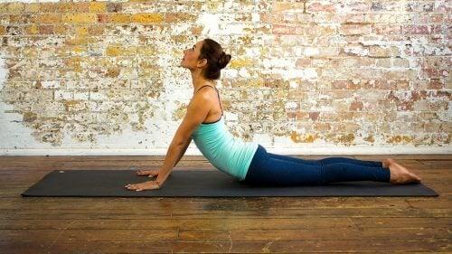 Cobra în yoga pentru un abdomen plat