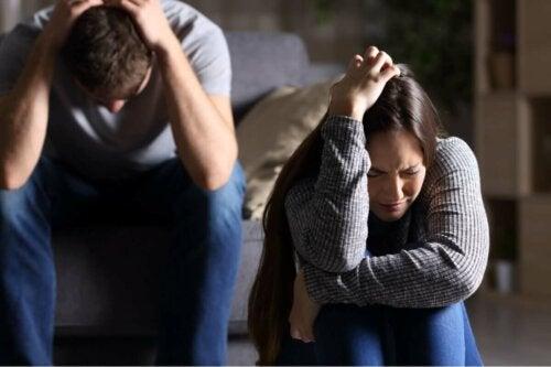 Cuplu plângând după o ceartă