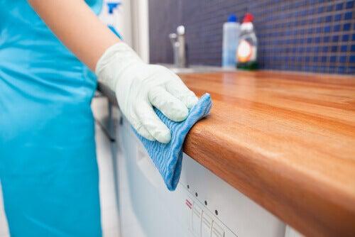 Dezinfectarea casei pe lista de utilizări ale oțetului de mere