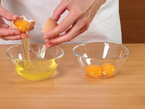 Eliminarea punctelor negre cu ouă