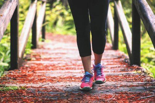 Exerciții împotriva durerii de genunchi ca mersul pe jos