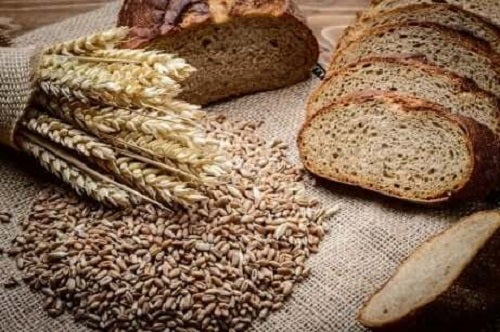 Felii de pâine integrală lângă un sac de grâu