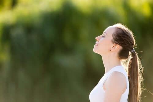 Scăderea tensiunii arteriale cu 5 tehnici de respirație