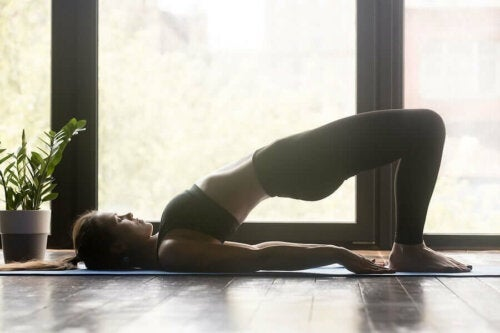 Femeie încercând yoga pentru un abdomen plat