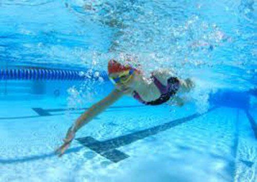 Înotul printre exerciții împotriva durerii de genunchi