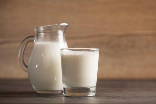 Laptele pe lista de alimente pentru a trata insomnia