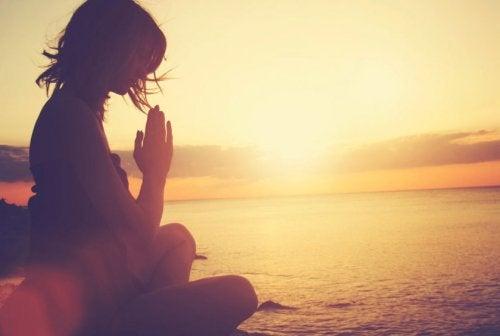 Meditația printre cele mai bune strategii pentru a-ți păstra calmul