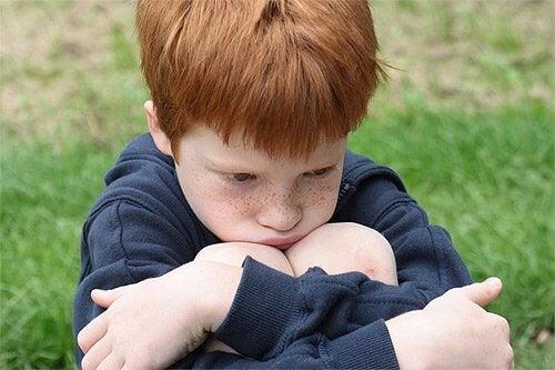 Micuț afectat de persoanele care abuzează copii