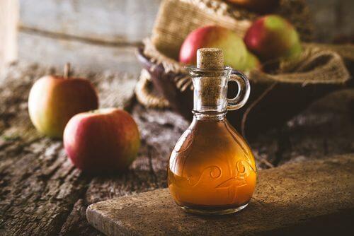 Oțetul de mere folosit în remedii naturale împotriva puricilor