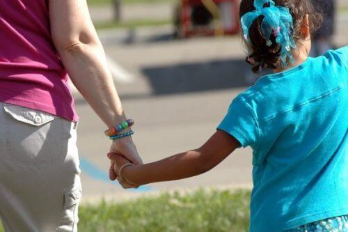 Persoanele care abuzează copii sunt apropiate de cei mici