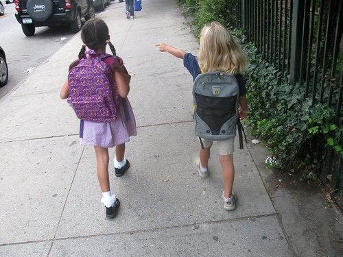 Persoanele care abuzează copii le câștigă încrederea celor mici