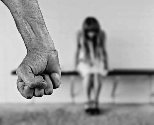 Cum să recunoști persoanele care abuzează copii