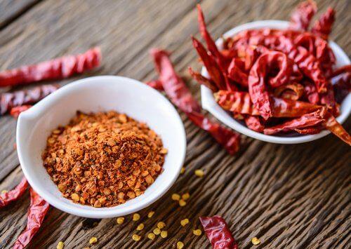 Piper roșu inclus în tratamente naturale pentru durerea cervicală