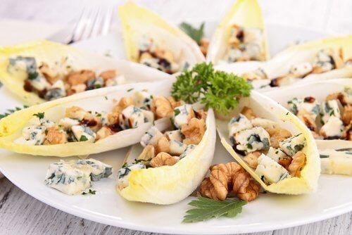 Salată gustoasă și sănătoasă cu andive și nuci