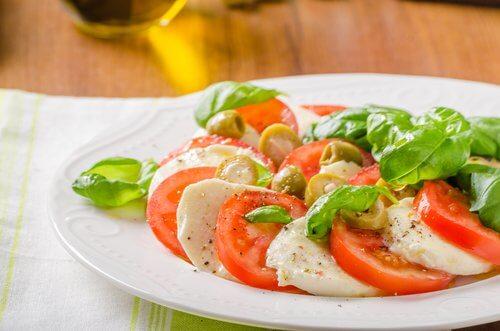 Salată gustoasă și sănătoasă cu roșii și mozzarella