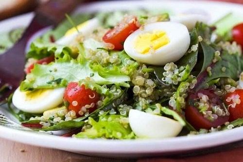 Salată gustoasă și sănătoasă cu ouă și sparanghel