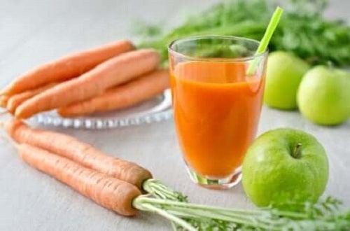 Smoothie cu morcovi și mere