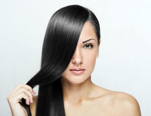 Trucuri pentru a-ți îndrepta părul prin protejarea scalpului