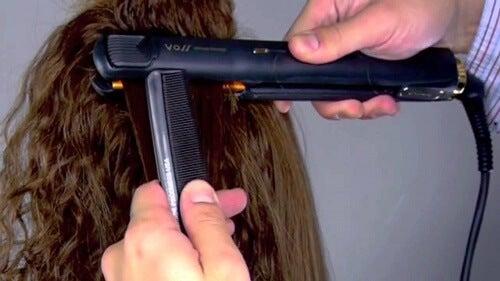 3 trucuri pentru a-ți îndrepta părul fără să îl deteriorezi