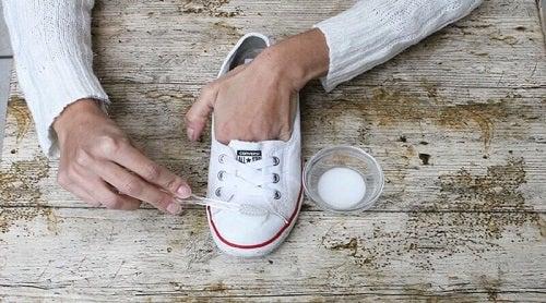Alternative pentru lustruirea pantofilor precum bicarbonatul de sodiu