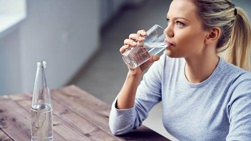 Apa simplă pe lista de băuturi care ameliorează durerea de rinichi