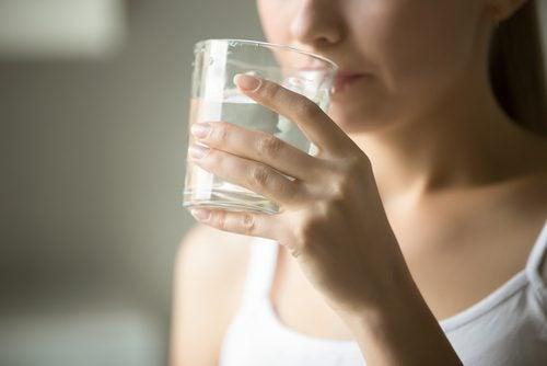 Consumul de apă pe lista de trucuri pentru prevenirea varicelor