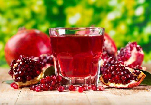 Băuturi care ameliorează durerea de rinichi precum sucul de rodie