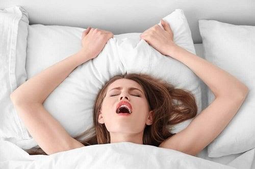 Cum îți ajuți partenera să ajungă la orgasm folosindu-te de puterea creierului