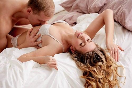 Cum îți ajuți partenera să ajungă la orgasm