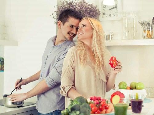 Cum să îți seduci partenerul ieșind din rutină