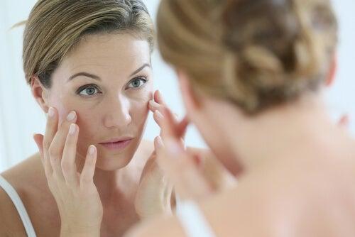 Eliminarea dungilor de pe unghii la femei