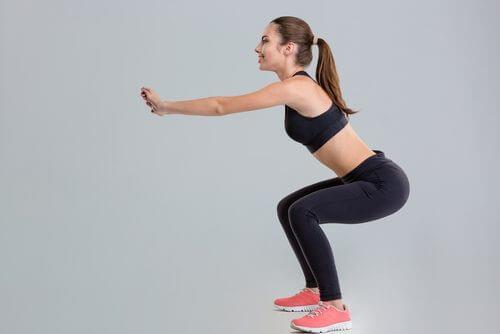 Genuflexiunile pe lista de exerciții simple pentru tonifierea picioarelor
