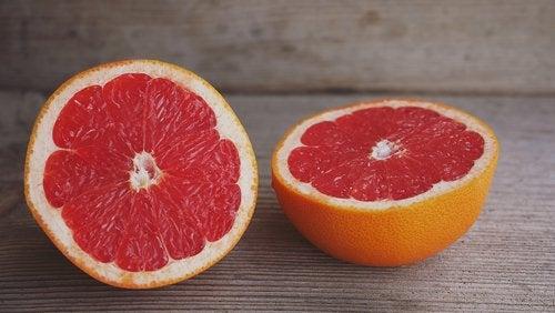 Grepfrutul pe lista de fructe pentru a trata retentia de apă
