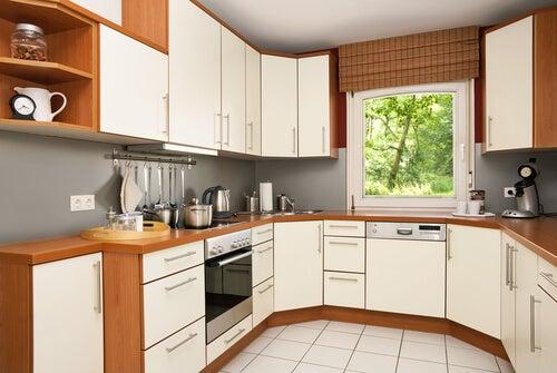 Idei pentru amenajarea bucătăriilor mici ca să câștigi lumină