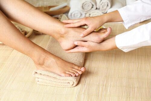 Masajele ce ajută la tratarea circulației deficitare la picioare