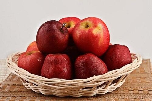 Merele pe lista de fructe pentru a trata retenția de apă