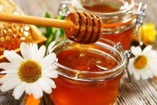 Mierea pe lista de remedii naturiste pentru cicatricile cheloide