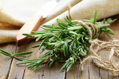 Mirodenii care stimulează creșterea părului ca rozmarinul