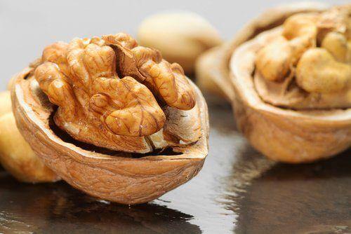Nucile pe lista de alimente bogate în melatonină