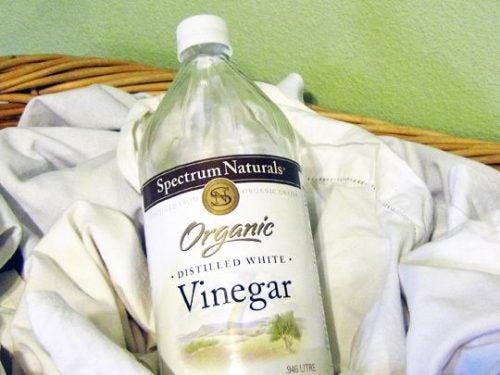 Oțetul alb inclus în diverse metode naturale pentru albirea hainelor