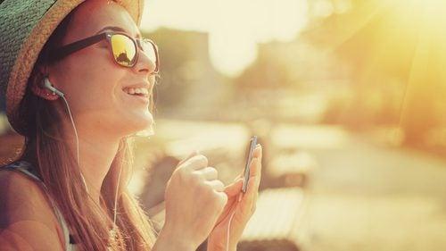 Relaxarea la soare pe lista de strategii pentru a-ți recăpăta energia