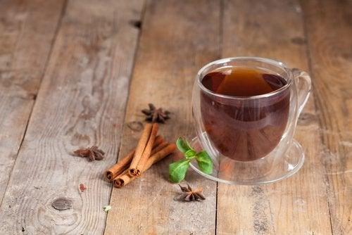 Remedii naturale pentru gazele intestinale precum ceaiul de scorțișoară