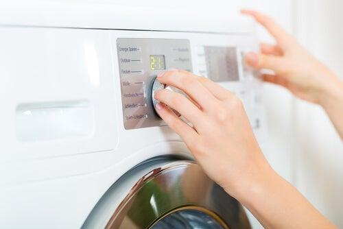 Remedii naturiste pentru păduchi ce includ spălarea hainelor