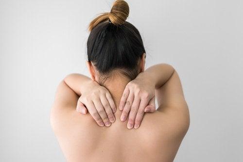 Simptome ale deficitului de vitamina D, precum mușchi și oase slăbite