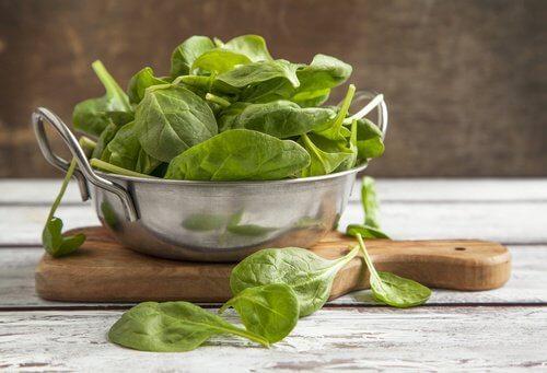 Spanacul se află pe lista de alimente care cresc nivelul trombocitelor