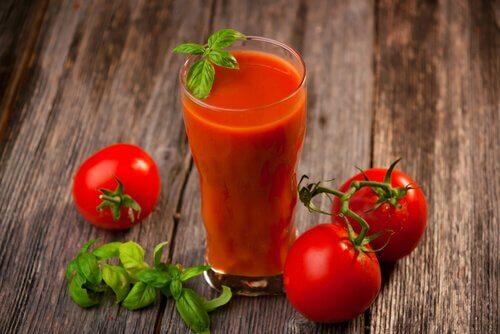 Suc de roșii cu usturoi și curcuma ușor de preparat