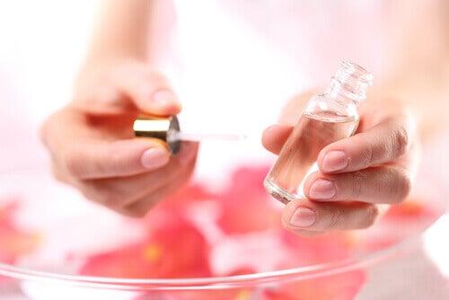 Uleiuri pentru combaterea celulitei precum cel de trandafir moscat