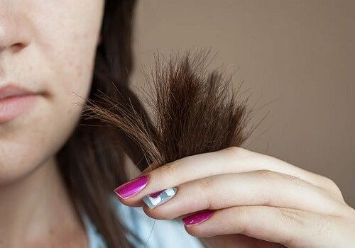 Utilizări surprinzătoare ale vaselinei precum îngrijirea părului